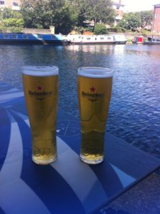 Ein Bierchen mit Blick auf den Kanal